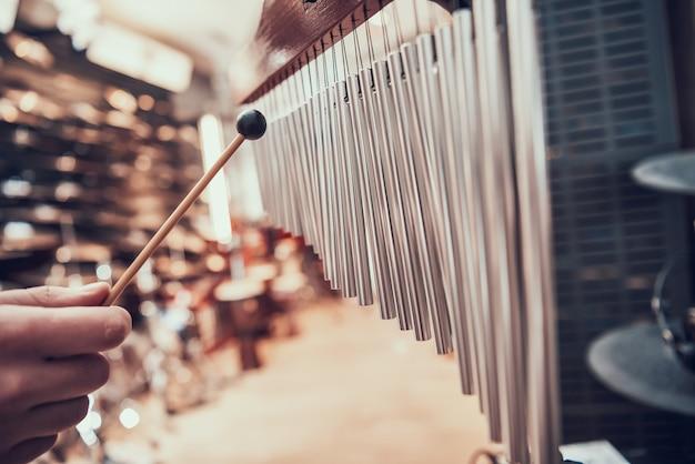 Nahansicht. mann spielt glockenspiele im musikgeschäft. Premium Fotos