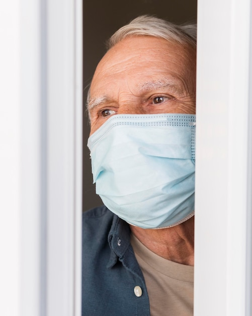 Nahaufnahme alter mann, der schutzmaske trägt Premium Fotos