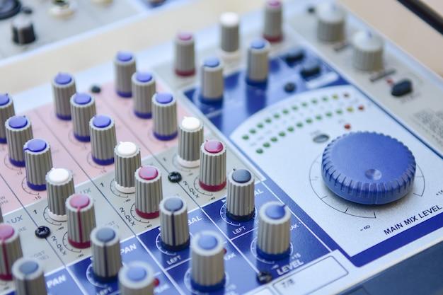 Nahaufnahme-audiomischer, volumen-controller amplifier-hintergrund im studio. Premium Fotos