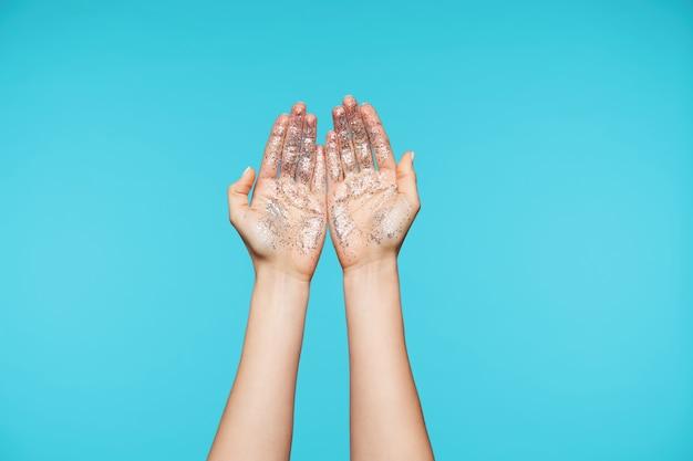 Nahaufnahme auf attraktiven händen, die handflächen mit allen fingern zusammen zeigen Kostenlose Fotos