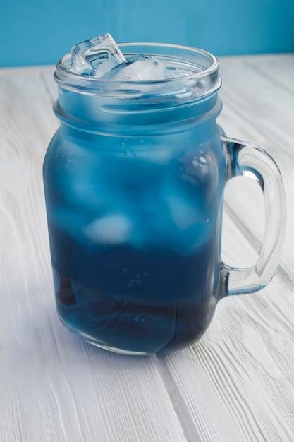 Nahaufnahme auf blauem eistee im glas auf der weißen oberfläche Premium Fotos