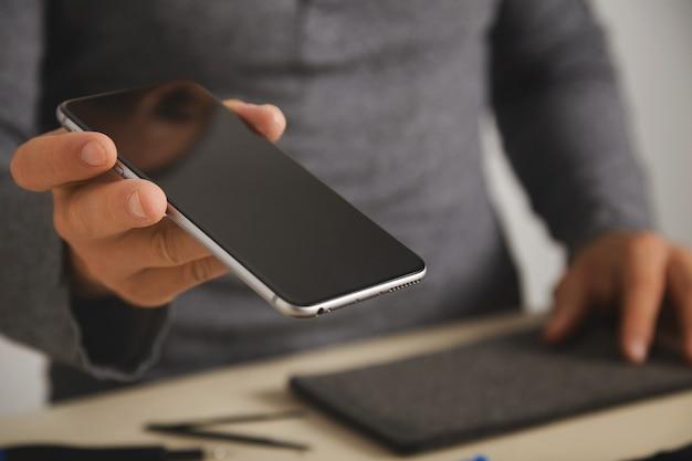 Nahaufnahme auf dem smartphone nach dem bildschirmaustauschdienst Kostenlose Fotos