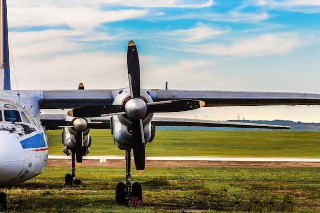 Nahaufnahme auf flugzeugflügel mit einem propeller Premium Fotos