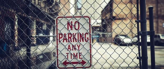 Nahaufnahme auf kein parkplatz zu jeder zeit zeichen am zaun Premium Fotos