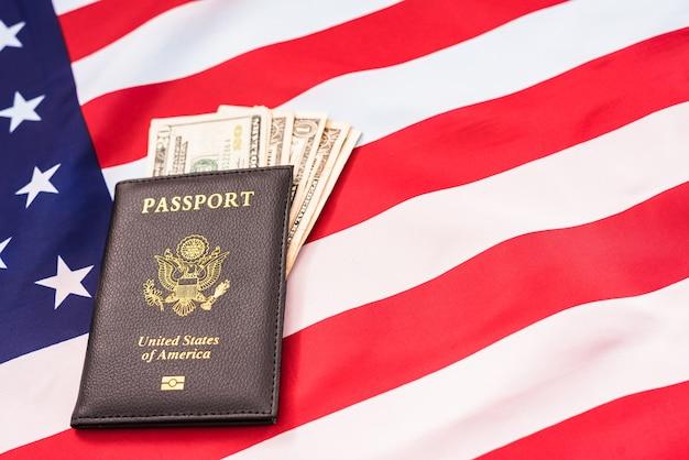 Nahaufnahme auf pass mit bargeld Premium Fotos
