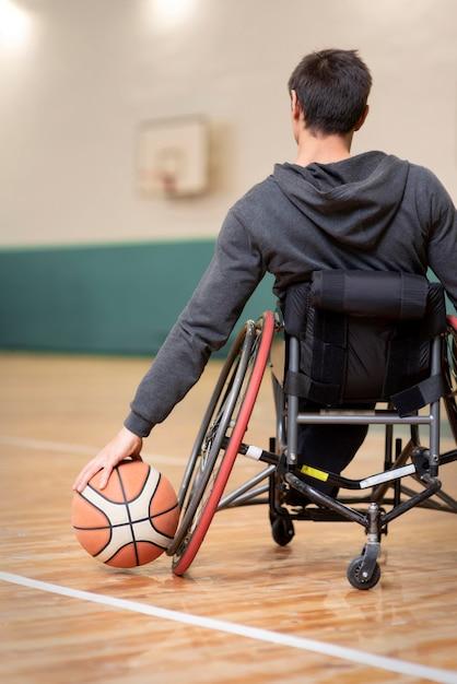 Nahaufnahme behinderter mann, der basketball hält Kostenlose Fotos
