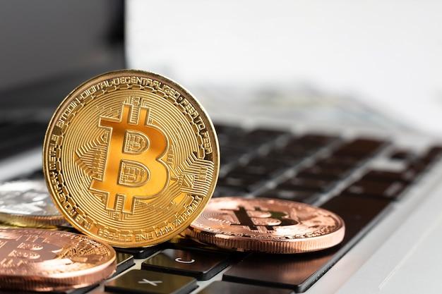 Nahaufnahme bitcoin oben auf laptop Kostenlose Fotos
