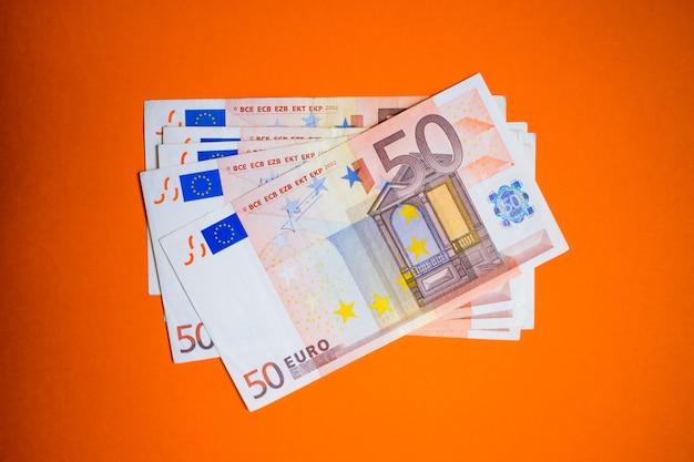 Nahaufnahme bündel von euro-banknoten Premium Fotos