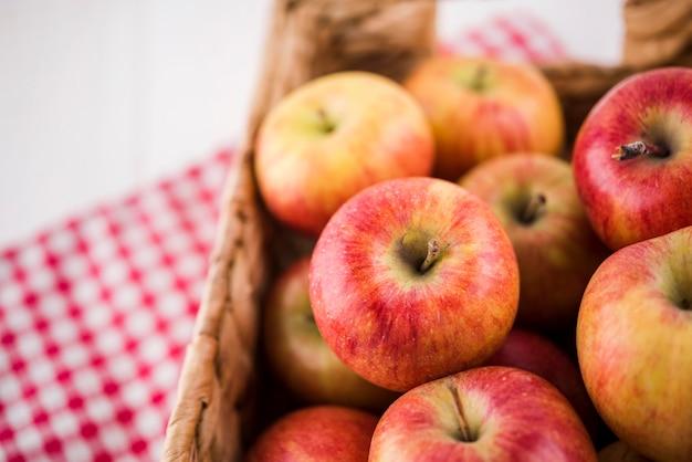 Nahaufnahme bund oder bio-äpfel bereit, serviert zu werden Kostenlose Fotos