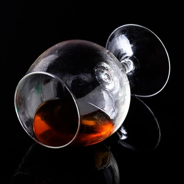 Nahaufnahme cognac in horizontalem glas Kostenlose Fotos