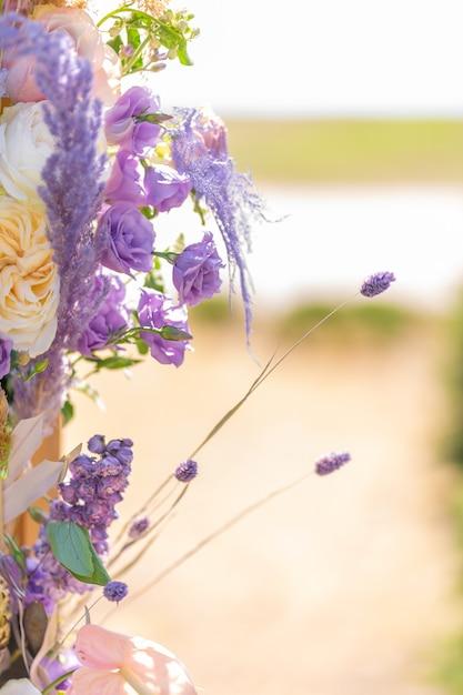 Nahaufnahme dekoration mit frischen blumen von veranstaltungsorten. Premium Fotos
