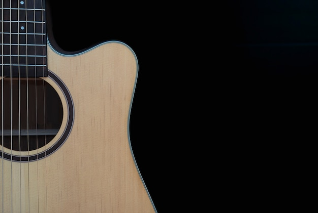 Nahaufnahme der akustikgitarre im schnitt über schwarzem hintergrund Kostenlose Fotos