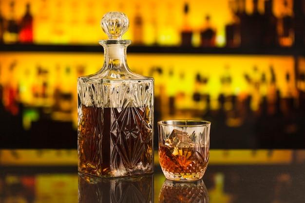 Nahaufnahme der bierflasche und des glases in der stange Kostenlose Fotos