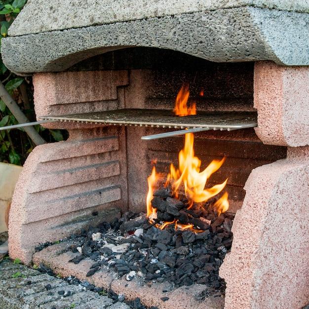 Nahaufnahme der brennenden kohle im grill Kostenlose Fotos