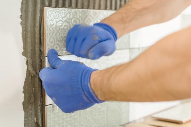 Nahaufnahme der dachdeckerhand keramikziegel auf wand in der küche legend Premium Fotos