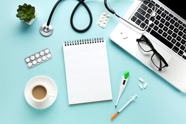 Nahaufnahme der doktortabelle mit medizinischen einzelteilen und tasse kaffee Kostenlose Fotos