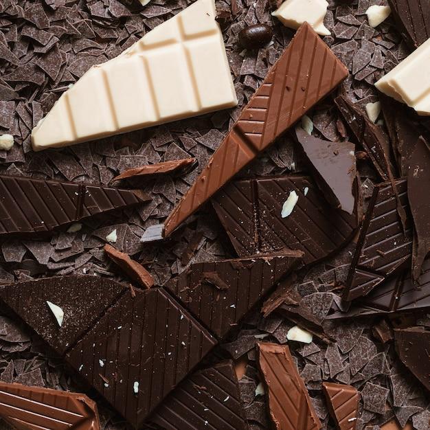 Nahaufnahme der dunkelheit; braune und weiße schokoladenstücke Kostenlose Fotos