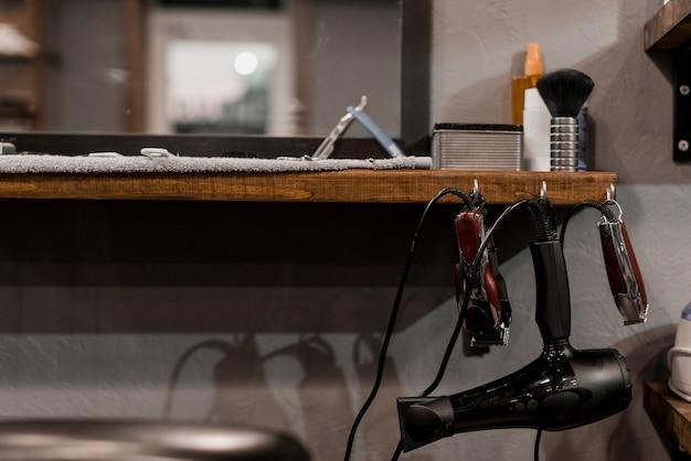 Nahaufnahme der elektrischen werkzeuge des friseurs im friseursalon Kostenlose Fotos