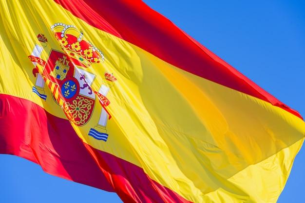 Nahaufnahme der flagge von spanien, das in den wind wellenartig bewegt. Premium Fotos