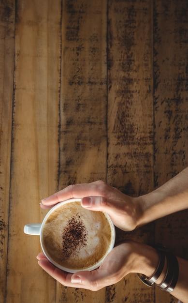 Nahaufnahme der frau kaffeetasse halten Kostenlose Fotos