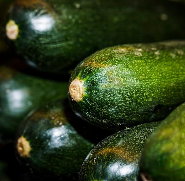 Nahaufnahme der frischen zucchini im speicher Kostenlose Fotos