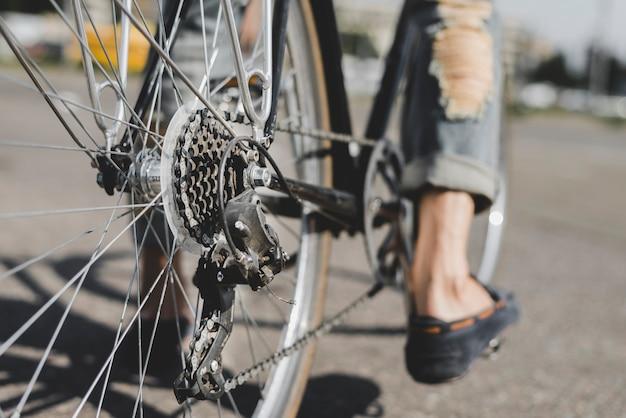 Nahaufnahme der füße des mannes auf fahrrad Kostenlose Fotos