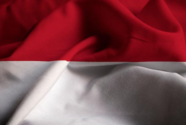 Nahaufnahme der gekräuselten indonesien-flagge, indonesien-flagge, die im wind durchbrennt Premium Fotos