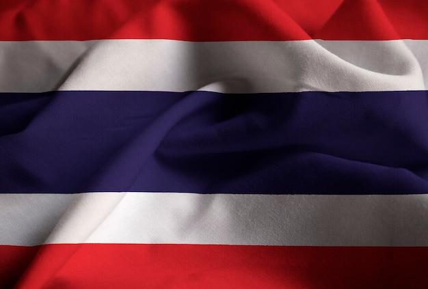 Nahaufnahme der gekräuselten thailand-flagge, thailand-flagge, die im wind durchbrennt Premium Fotos