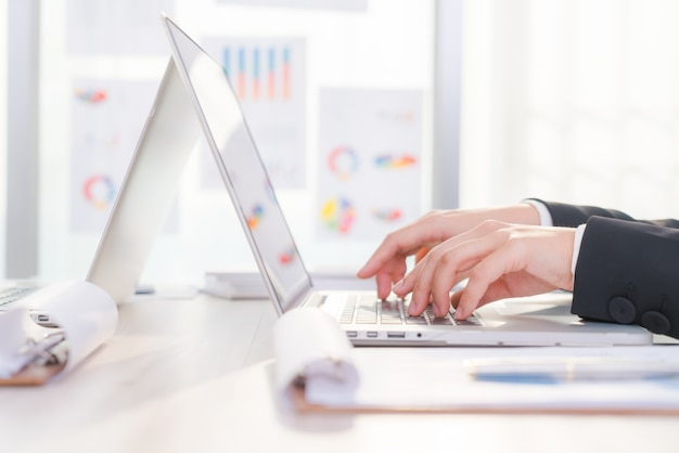 Nahaufnahme der geschäftsfrau hand tippen auf laptop-tastatur Kostenlose Fotos