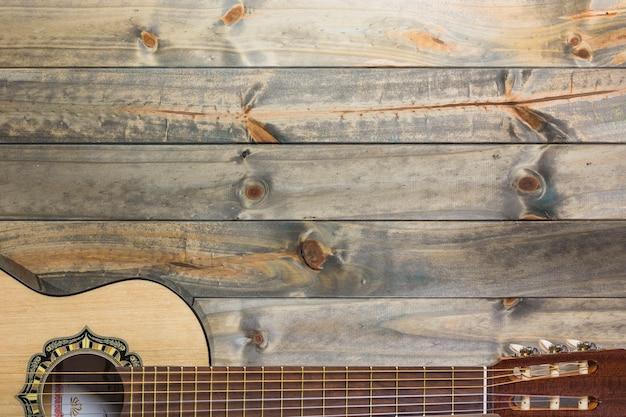 Nahaufnahme der gitarre auf holztisch Kostenlose Fotos