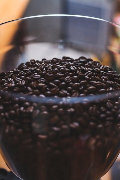 Nahaufnahme der glasschüssel mit vielen kaffeebohnen Kostenlose Fotos