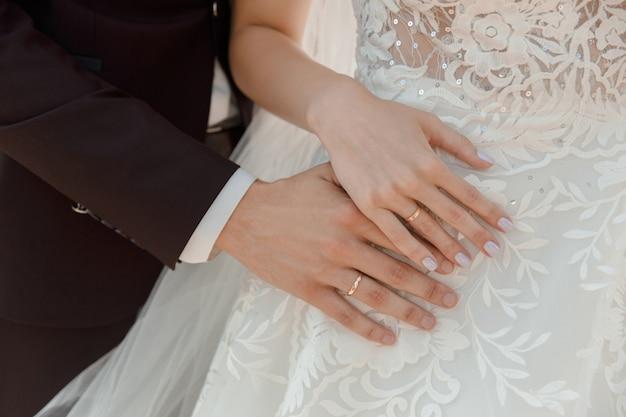 Nahaufnahme der hände mit ringen Premium Fotos