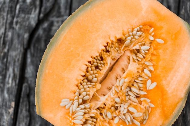 Nahaufnahme der halbierten moschusmelone mit samen Kostenlose Fotos
