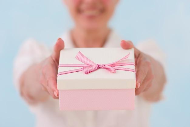 Nahaufnahme der hand der frau geschenkbox gebend Kostenlose Fotos