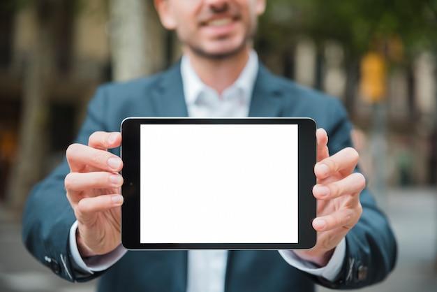 Nahaufnahme der hand des geschäftsmannes digitale tablette mit weißer bildschirmanzeige zeigend Kostenlose Fotos