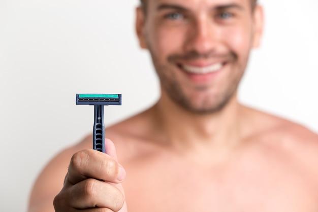 Nahaufnahme der hand des mannes blaues rasiermesser halten Kostenlose Fotos