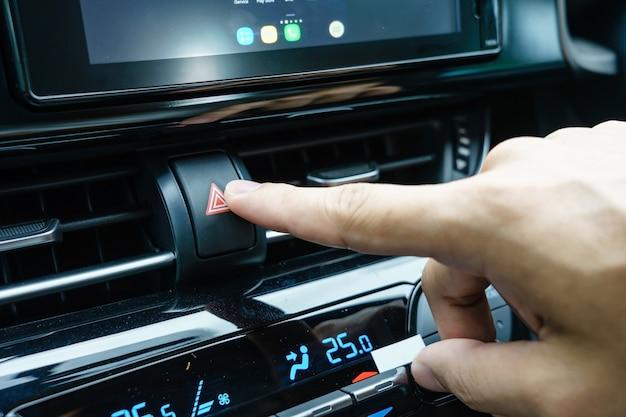 Nahaufnahme der hand des mannes notausknopf im auto drückend Premium Fotos