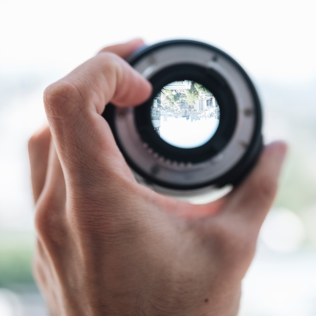 Nahaufnahme der hand einer person, die stadtansicht durch die digitale linse zeigt Kostenlose Fotos