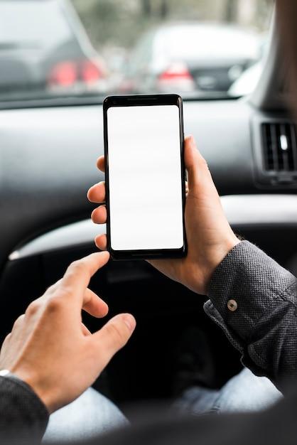 Nahaufnahme der hand einer person unter verwendung des handys mit weißer bildschirmanzeige Kostenlose Fotos