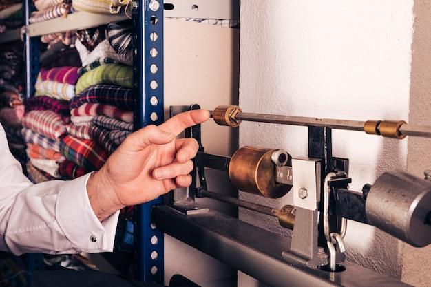 Nahaufnahme der hand eines mannes, welche die weinlesemaschine berührt Kostenlose Fotos
