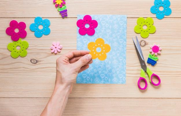Nahaufnahme der hand grußkarte auf holztisch vorbereitend Kostenlose Fotos