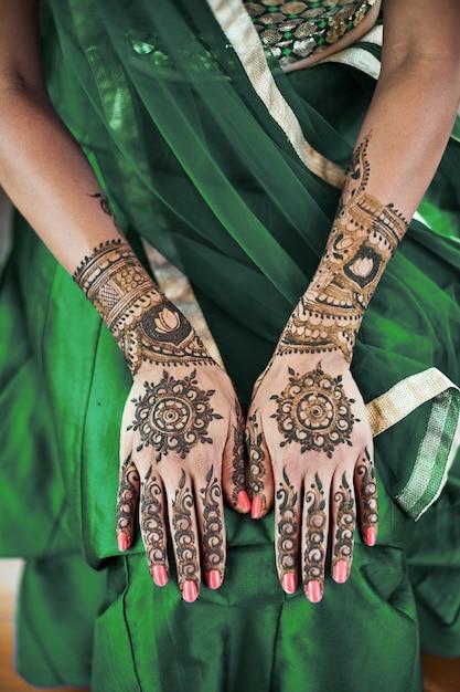 Nahaufnahme der indischen braut zurück hand mit mehndi (henna tattoo) mit schönen sari Premium Fotos