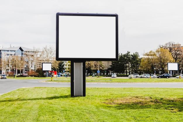 Nahaufnahme der kleinen reklametafel auf der stadtstraße Kostenlose Fotos