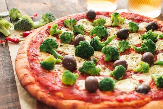 Nahaufnahme der pizza mit tomatensauce; brokkoli und oliven und käse Kostenlose Fotos