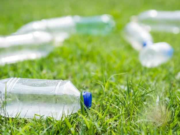 Nahaufnahme der plastikwasserabfallflasche auf gras am park Kostenlose Fotos