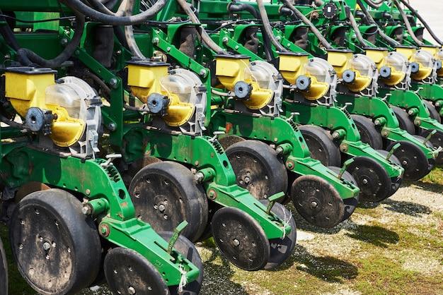 Nahaufnahme der sämaschine am traktor im feld angebracht. Kostenlose Fotos