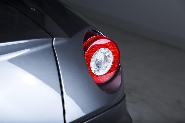Nahaufnahme der scheinwerfer eines modernen silbernen autos Kostenlose Fotos