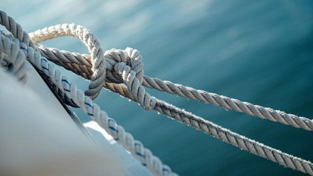 Nahaufnahme der schiffsdrähte mit dem meer Kostenlose Fotos