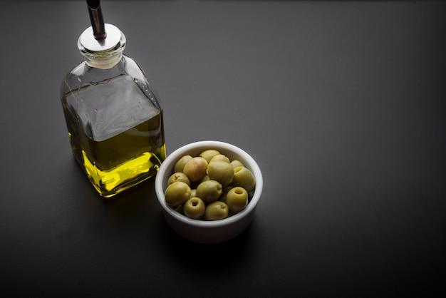 Nahaufnahme der schüssel oliven und des olivenöls auf küche worktop Kostenlose Fotos
