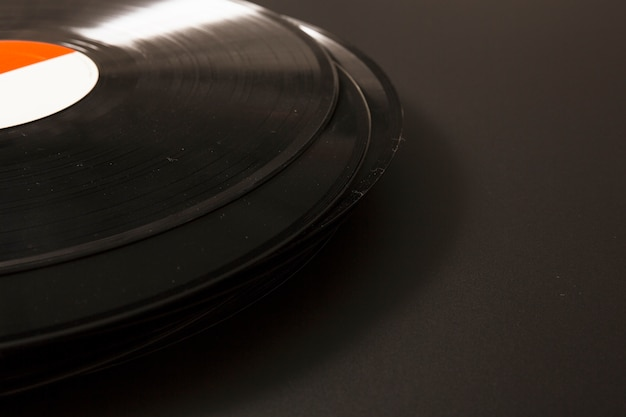 Nahaufnahme der schwarzen vinyl-schallplatte auf schwarzem hintergrund Kostenlose Fotos